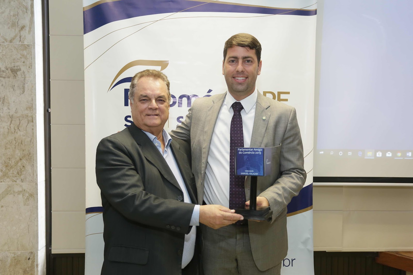 Vereador Samuel Salazar recebe troféu  parlamentar amigo do comércio