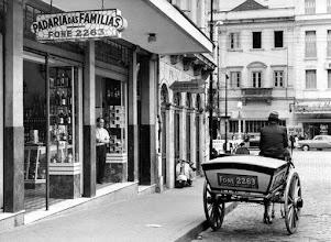 Photo: À esquerda, a Padaria das Famílias e à direita, na rua, a charrete que fazia as entregas a domicílio. Esta charrete hoje se encontra em exposição no Museu Imperial. Foto da década de 60