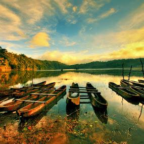 Rest in peace at Tamblingan Lake, Bali by Alit  Apriyana - Transportation Boats