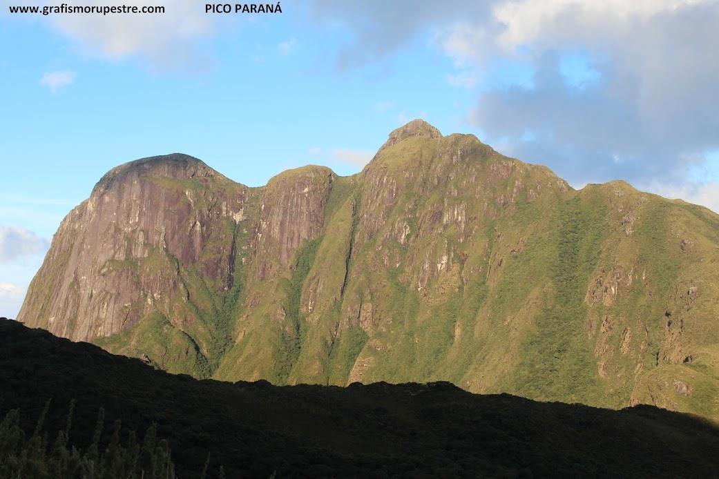 """Pico do Paraná – Serra do Ibitiraquire, visto do ponto da trilha chamado de """"A Janela""""."""