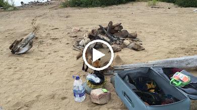Video: Dziewczyny w namiocie a Michal sniadanie rozpoczyna. Widac jak muchy lataja w kadrze.