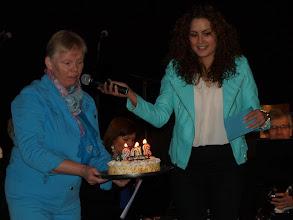 Photo: Iris Rulkens presenteert, Margré van Gestel viert het feest met taart!