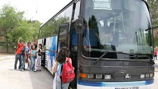 Alumnos en una ruta de transporte a colegios.