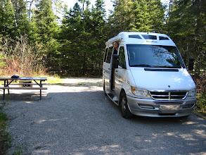Photo: Masası, mangalı, elektriği ve çadır kurma yeri ile kamp alanı. Pukaskwa Milli Parkı.