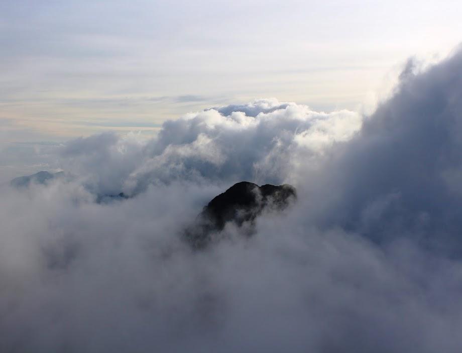 Pico do Deus Me Livre entre as nuvens visto do Pico da ASA