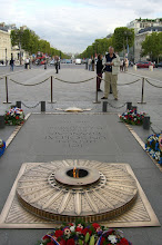 Photo: Eternal flame of the unkown soldier at The Arc de Triomphe
