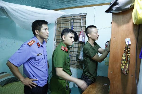 Lực lượng chức năng tiến hành khám xét nơi ở của Nguyễn Trọng Hùng