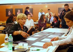 Photo: Laura MARCOLINI legge il portfolio di Loredana PRINCIC