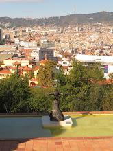 Photo: Única foto de la fundación Joan Miró, que no permite fotos.  Techo, escultura y atrás la ciudad.