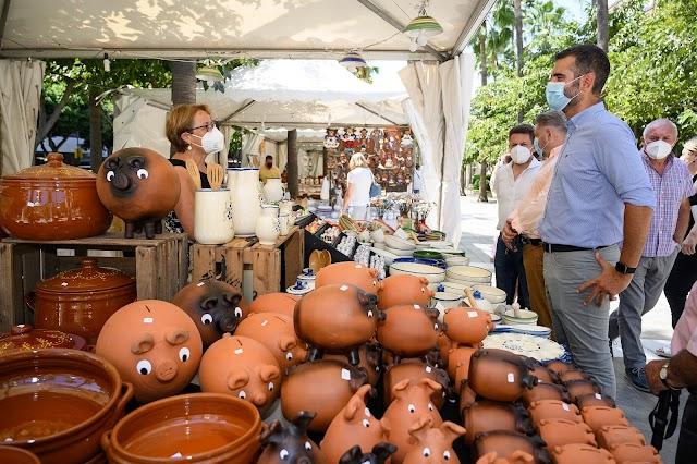 """El alcalde anima a los almerienses """"para que se acerquen, disfruten de la belleza de las piezas y compren""""."""