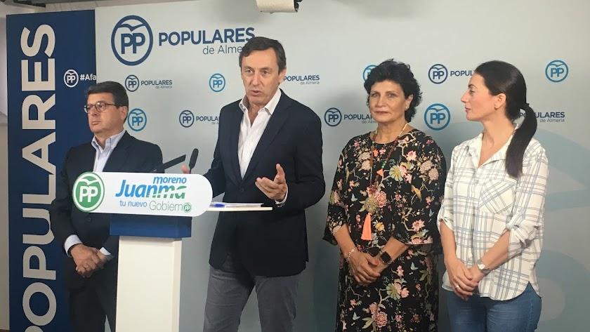 Rafael Hernando esta mañana acompañado por dirigentes políticos de la provincia.