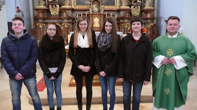 Photo: von links: Levente Lukacs, Lea Horvath, Lena Brunner, Ines Brunner, Johannes Weiss, Pfarrer Josip Tolic