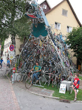 Photo: FAHRRADDRACHE tour de Suisse, Mirko, Recycling Skulptur in ihrer Superlative, 350 Fahrräder, nett lächelt die Monsterskulptur Kunstworkshops unter www.mo-kunst.de FAHRRADDRACHE tour de Suisse, Mirko, recycling sculpture in its superlative, 350 bicycles, the monster sculpture smiles nicely Art workshops at www.mo-kunst.de FAHRRADDRADDRACHE tour de Suisse, Mirko, recyclant la sculpture dans son superlatif, 350 vélos, la sculpture monstre sourit gentiment Ateliers d'art sur www.mo-kunst.de Art  tour de Suisse, Mirko, reciclando la escultura en su superlativo, 350 bicicletas, la escultura del monstruo sonríe muy bien. Talleres de arte en Art, tour de Suisse, Mirko, riciclando la scultura nella sua superlativa, 350 biciclette, la scultura mostro sorride benissimo. Laboratori d'arte FAHRRADDRACHE tour de Suisse, Mirko, recycling sculptuur in zijn superlatief, 350 fietsen, het monster sculptuur lacht mooi. Kunstworkshops op www.mo-kunst.de