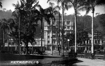 Photo: Praça dos Expedicionários. Ao fundo, o prédio, hoje em reformas, do Grande Hotel. Notem que o monumento em homenagem aos pracinhas ainda não existia. Foto da década de 40