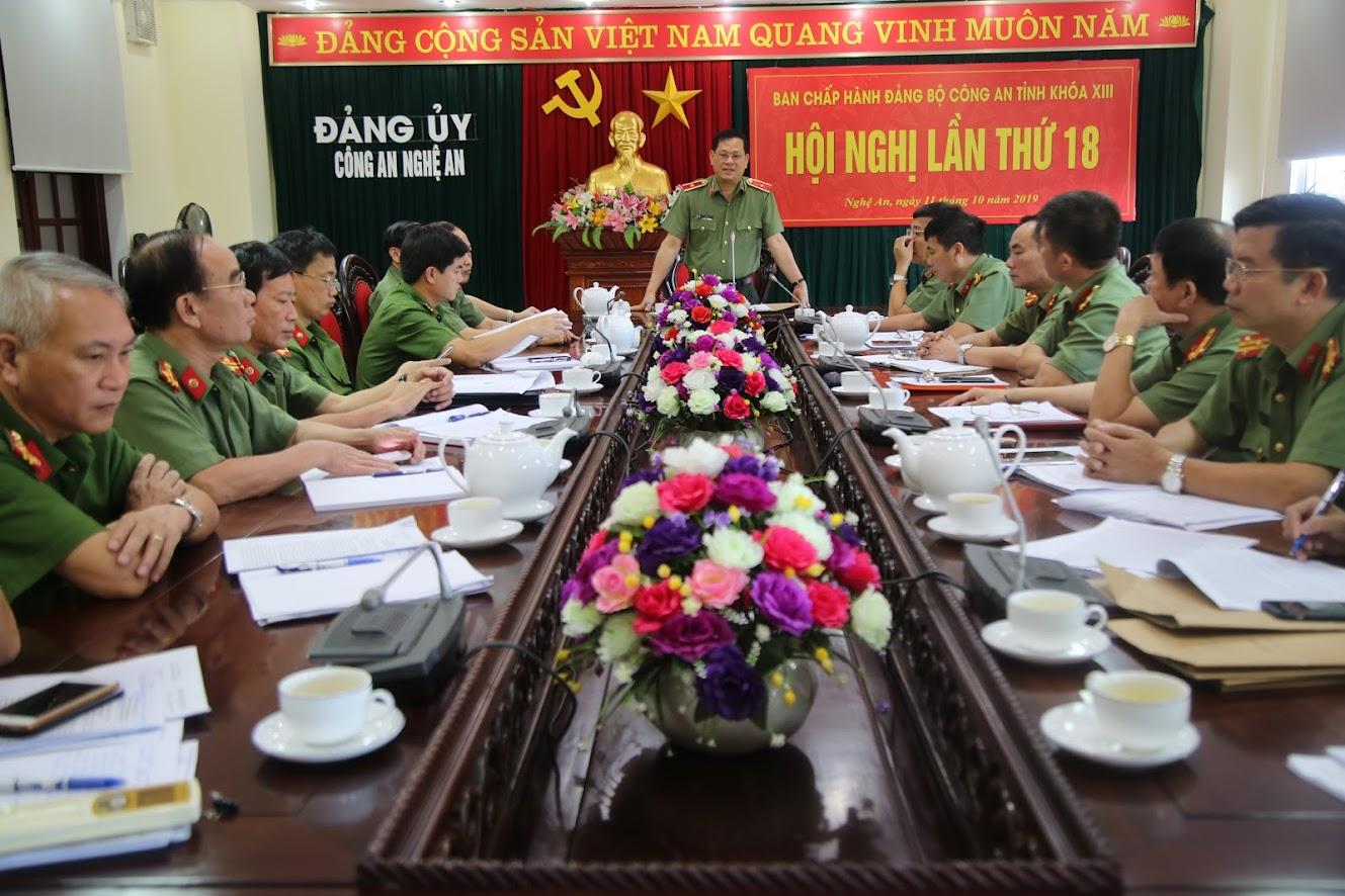 Thiếu tướng Nguyễn Hữu Cầu, Ủy viên BTV Tỉnh ủy, Bí thư Đảng ủy, Giám đốc Công an tỉnh phát biểu tại hội nghị