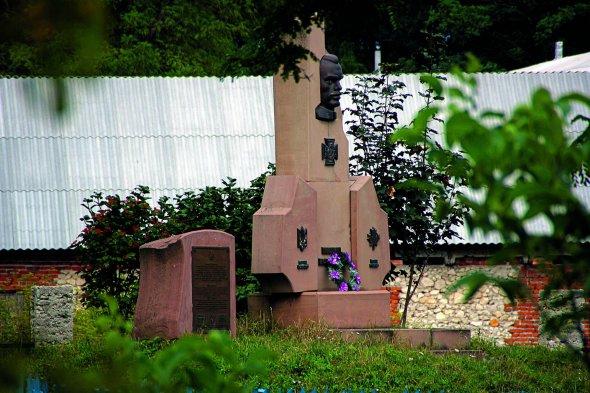 Пам'ятник Пилипу Коновалу вйого рідному селі Кутківці Чемеровецького району наХмельниччині встановили 2000року