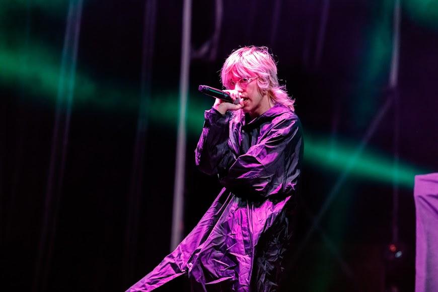 Rojuu mantuvo la originalidad tanto en la estética como en el formato de su concierto.