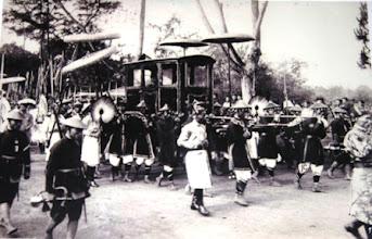 Photo: Kiệu của vua Nguyễn đang đi giữa đường phố Huế dưới sự bảo vệ cẩn mật của hàng quan, lính trong một ngày lễ cung đình