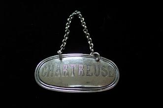 Photo: Utile en cas de reconditionnement !  Un écusson en métal argenté, destiné à indiquer le contenu de carafes, en l'occurence de la chartreuse jaune...