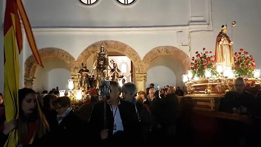 Los Patronos de Abla a la salida de la ermita iniciando la \'traída\' hasta la iglesia parroquial.