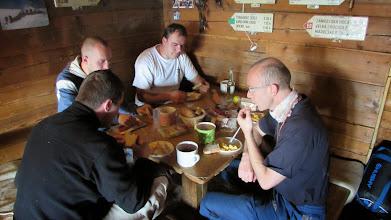 Photo: Na chatu jsme dorazili v noci. Ráno nás čekala výtečná snídaně ...