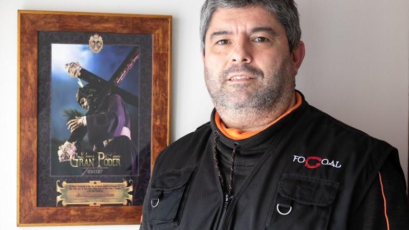 Juan Miguel Fernández Viedma ante el cartel de Jesús del Gran Poder.