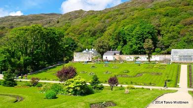 Photo: Luostarin puutarha. Näkymä portilta puutarhan puistoon.