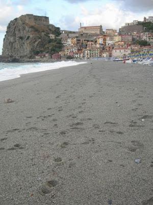 Tracce sulla spiaggia di santina