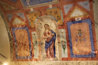 Photo: ... aux murs aussi décorés de fresques.