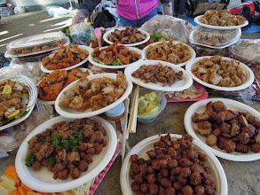 Photo: こちらお肉コーナー ローストチキン、スモークターキー、唐揚げ、焼き鳥、肉団子、魚フライ、エビフライなど沢山