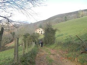 Photo: 520 ms Passage entre clôtures pour faire le tour d'un talweg