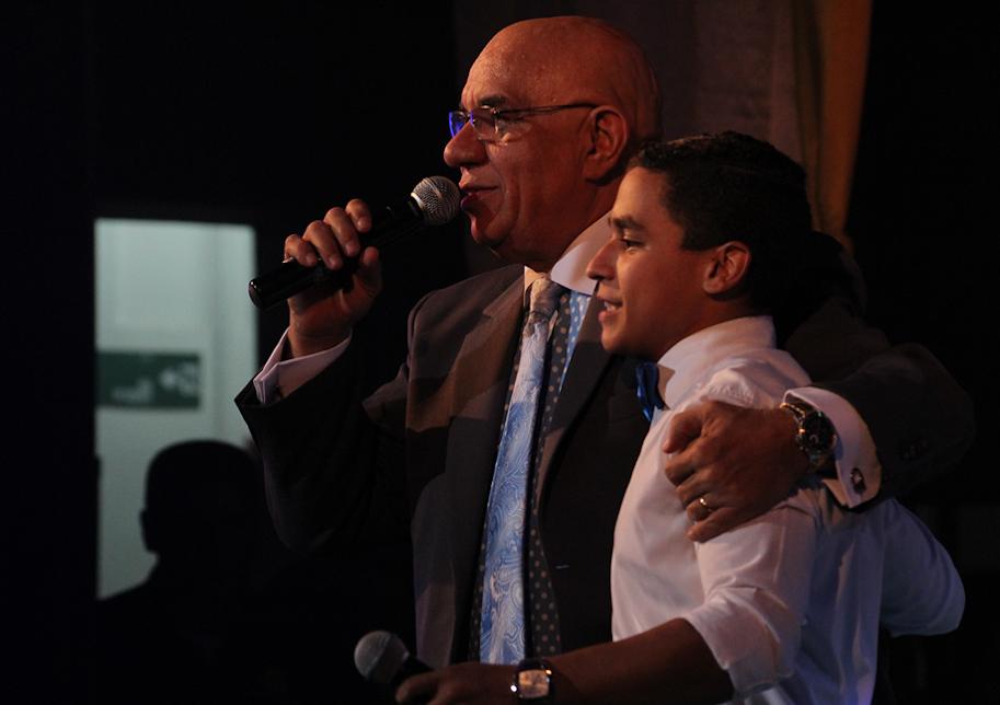 """Diego Fonseca compartió escenario con el maestro Argenis Carruyo para interpretar """"El baile de los mangos"""", pieza que colocó  de pies al público asistente."""