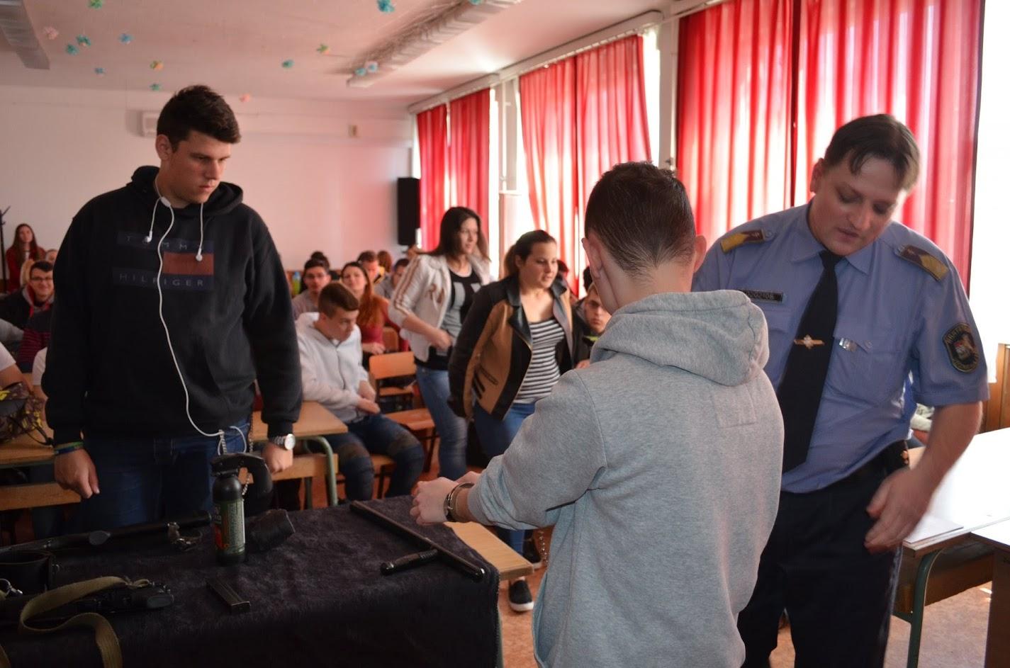 A BV intézet bemutatót tartott iskolánkban.