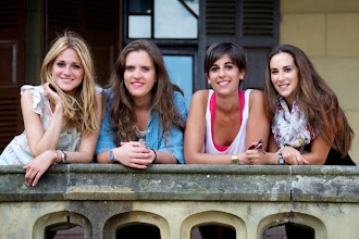 Photo: But there is another sort of profit maximization: marginalism. Here are four pretty girls. Their average weight is 150 pounds, for a total of 600 pounds.