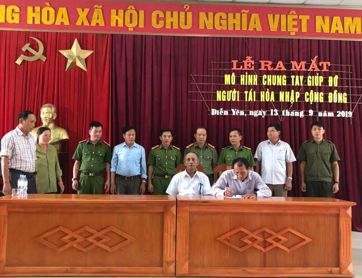 Đại diện các ban ngành, đoàn thể xã Diễn Yên ký cam kết cùng chung tay xây dựng thành công mô hình này.