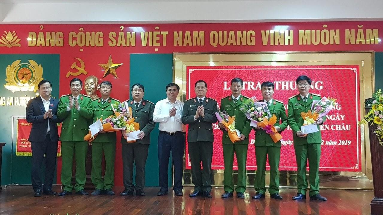 Đồng chí Thiếu tướng Nguyễn Hữu Cầu, Giám đốc Công an tỉnh cùng Đại diện lãnh đạo Huyện uỷ, UBND huyện Diễn Châu trao thưởng cho đại diện lực lượng phá án.
