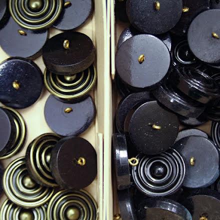 Virvel Knapp 27mm - svart eller antikmässing