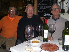 Photo: llega Vicente y la segunda botella, para acompañar el plato de lengua