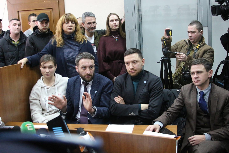 Адвокат Яни Дугарь Віталій Коломієць (другий зліва)