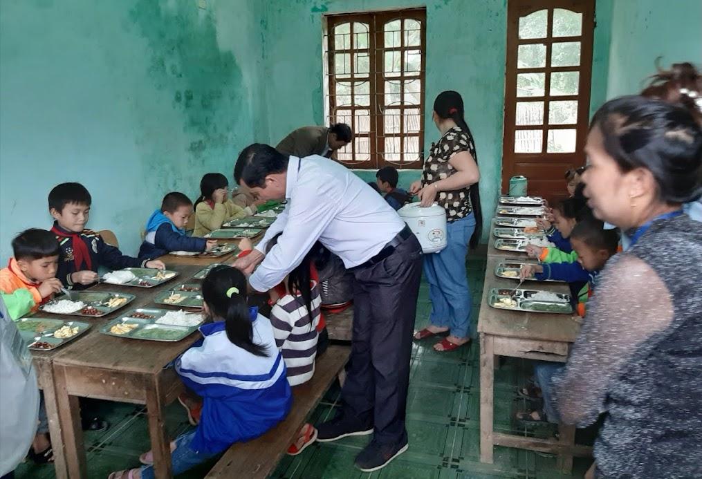 Các thầy, cô giáo Trường Tiểu học Châu Phong 1, huyện Quỳ Châu chăm lo bữa trưa cho các em học sinh