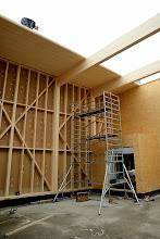 Photo: 08-11-2012 © ervanofoto Intussen zijn onze Oostenrijkse schrijnwerkers al volop bezig met het dak van de showroom dicht te leggen.
