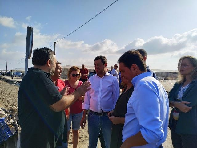 Uno de los afectados cuenta la situación a Juanma Moreno