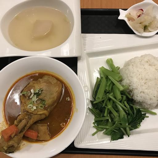 咖哩雞套餐    一上桌時,  老闆說要一一介紹菜色,  從左上開始,  開胃菜---醃泡菜(還瞞爽口的)  主菜---咖哩雞腿(老闆特地強調「入口即化」)  說真的,  真的是入口即化,  搭配咖哩