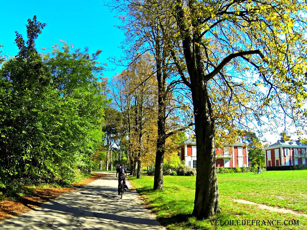A vélo dans le Bois de Vincennes -e-guide balade à vélo vers les Bords de Marne par veloiledefrance.com