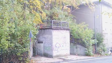 Photo: Unterer Bunkereingang an der Kuhlestraße; rechts daneben befindet sich ein Aufgang zu dem verwilderten Schrebergartengelände oberhalb der Rheinischen Bahn / unterhalb der Ferngasleitung.