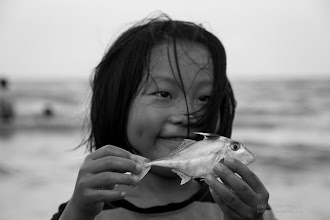 Photo: Maybe coming from fishing boats or maybe dead in some other way, there was some fish along the shore, although sad for us to see, it was a good opportunity for the children to discover more of the ocean fauna.  ได้จับปลาทะเลเป็นครั้งแรก ปลาตายมาเกยตื้น ไม่แน่ใจว่าเพราะอะไร แต่น้ำทะเลที่ชะอำ ร้อนเหลือเกิน