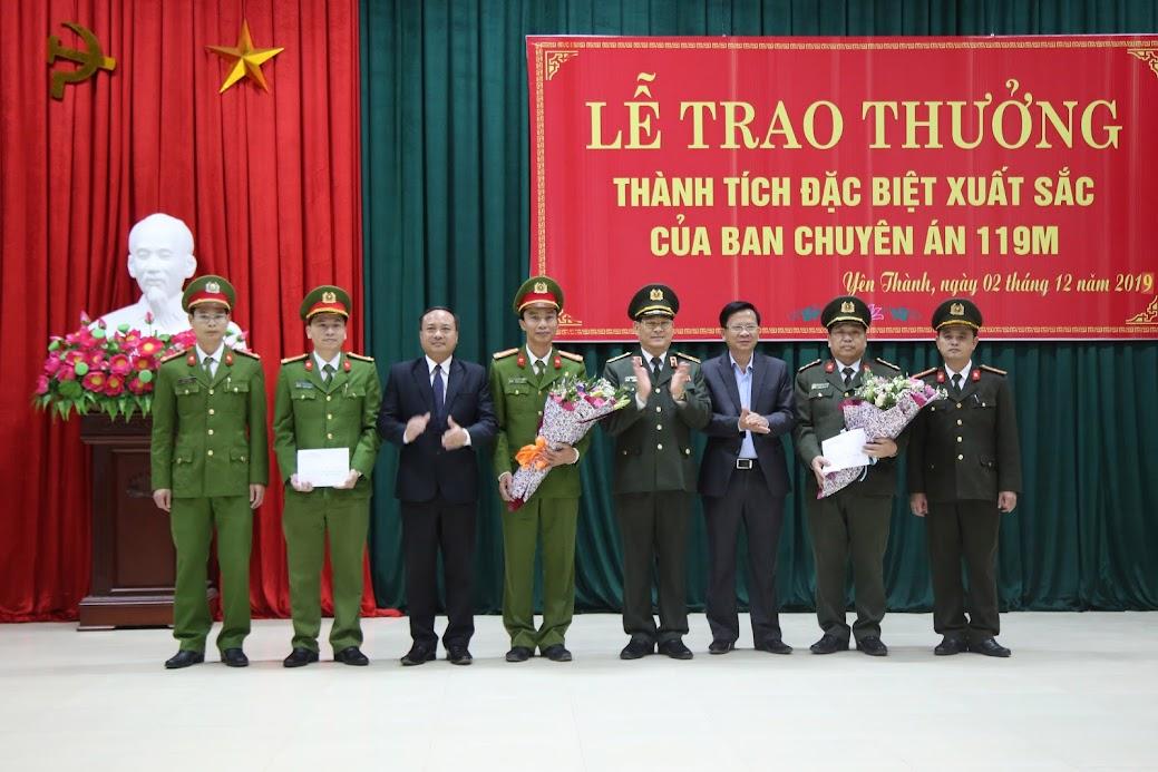 Công an tỉnh Nghệ An và chính quyền huyện Yên Thành tặng hoa, trao thưởng cho Ban chuyên án của Công an huyện Yên Thành