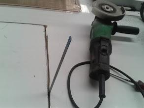 Photo: Al final tengo que coger la radial y cortar con ella, primero corto un poco el aluminio para asegurarme que no hay cables y luego meto el disco por completo. Acabo el corte con una hora de sierra, haciéndolo a mano.