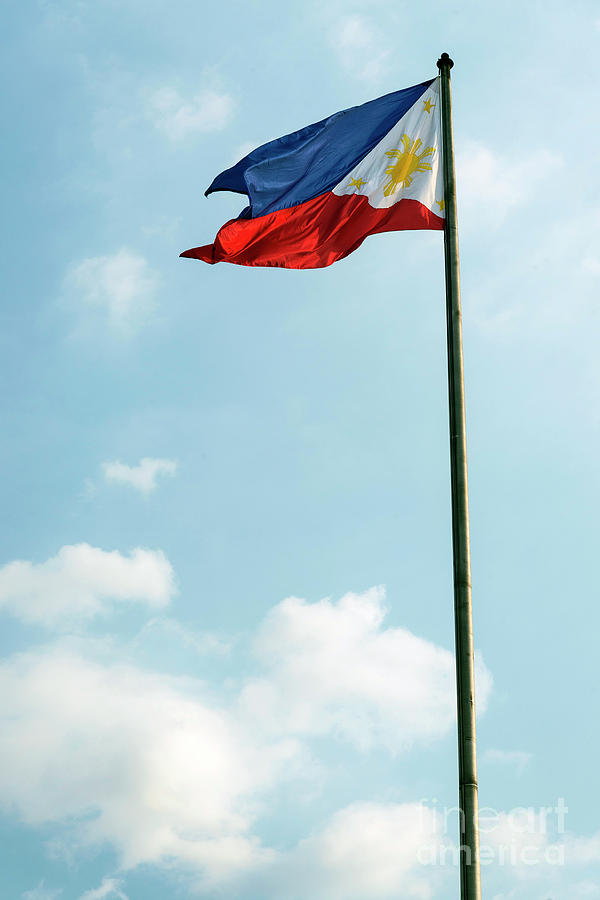 philippines-filipino-flag-on-flagpole-in-manila-jacek-malipan