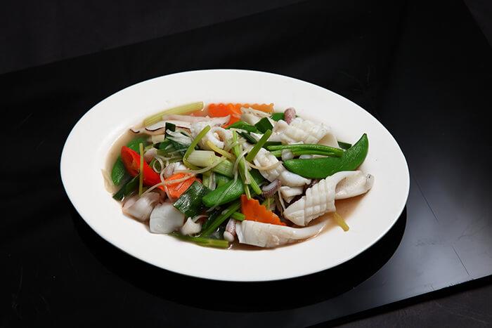 鮮蔬炒三鮮,是好吃又好料理的家常菜,將花枝切成刻花狀(縱橫十字交錯淺淺下刀),可以讓口感上更加豐富、也更能吸附醬汁喔!